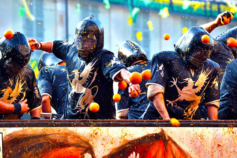 La Battaglia delle Arance si svolge a Ivrea, una cittadina vicino a Torino, durante la stagione del Carnevale. Photo © Francesco Zanon